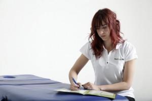 Fisioterapeuta rellenando informe